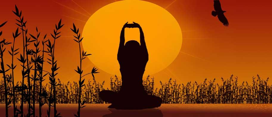 Una mujer practicando yoga en la puesta del sol